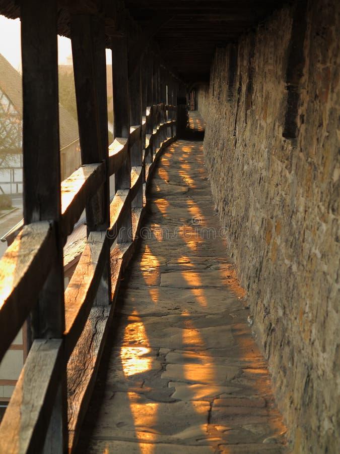 Mittelalterlicher Stadtmauerstromkreis bei Sonnenuntergang stockbild