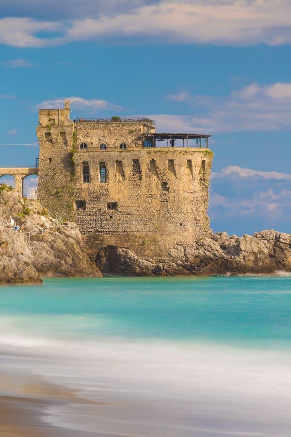 Mittelalterlicher Turm auf der Küste von Maiori-Stadt, Amalfi-Küste, Kampanien-Region, Italien lizenzfreie stockfotos