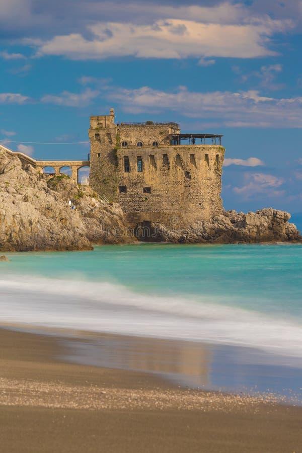Mittelalterlicher Turm auf der Küste von Maiori-Stadt, Amalfi-Küste, Kampanien-Region, Italien lizenzfreie stockbilder