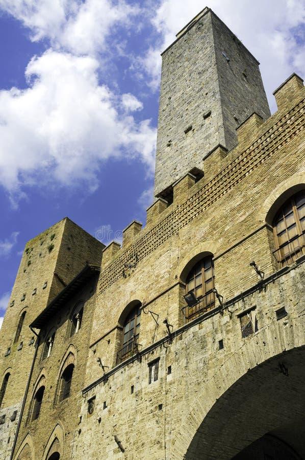 Mittelalterlicher Turm in San Gimignano, Toskana Mutter mit zwei Töchtern stockfotografie