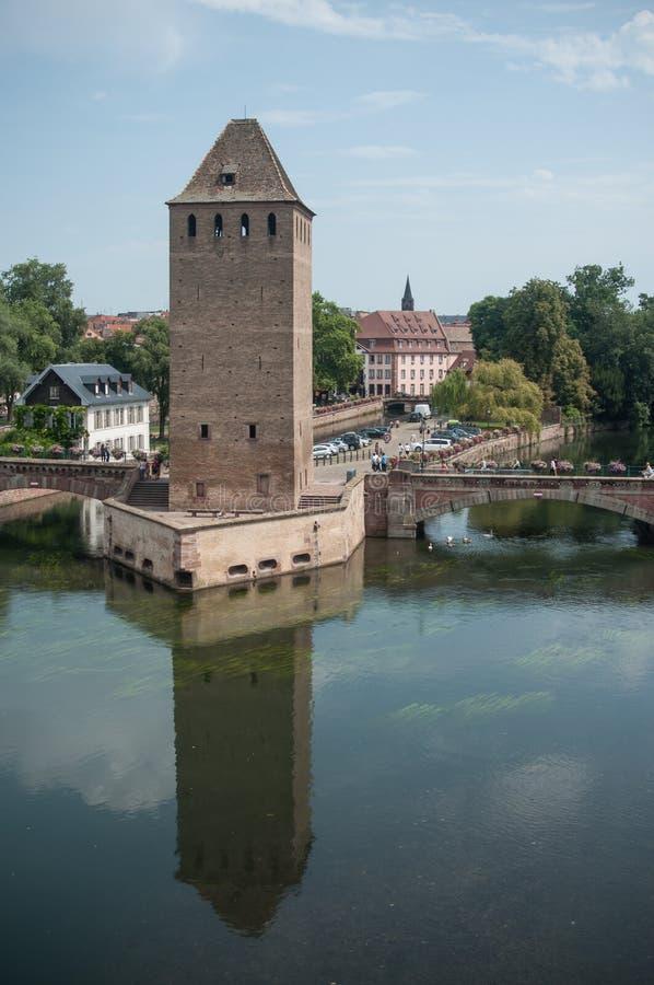 Mittelalterlicher Turm in wenigem Frankreich-Viertel in Straßburg lizenzfreies stockfoto