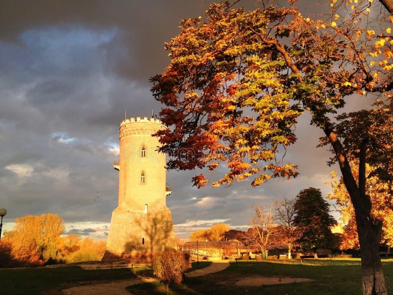 Mittelalterlicher Verteidigungs-Turm unter drastischem Himmel stockfotos