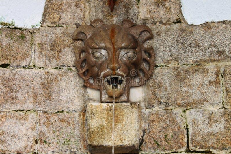 Mittelalterlicher Wandbrunnen stockbild