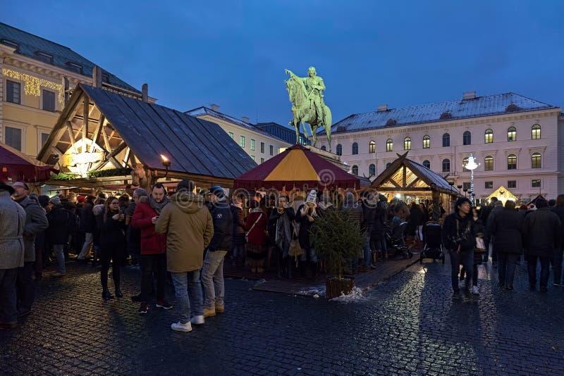 Mittelalterlicher Weihnachtsmarkt bei Wittelsbacher Platz in München, Deutschland stockfotografie