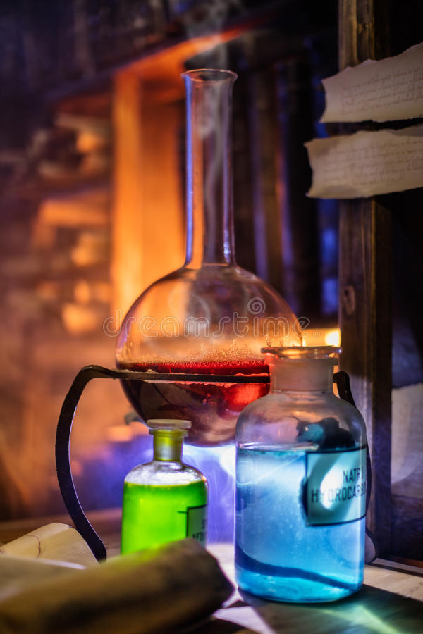 Mittelalterliches Alchemistlabor mit verschiedener Art von Flaschen in Prag, Tschechische Republik lizenzfreies stockbild