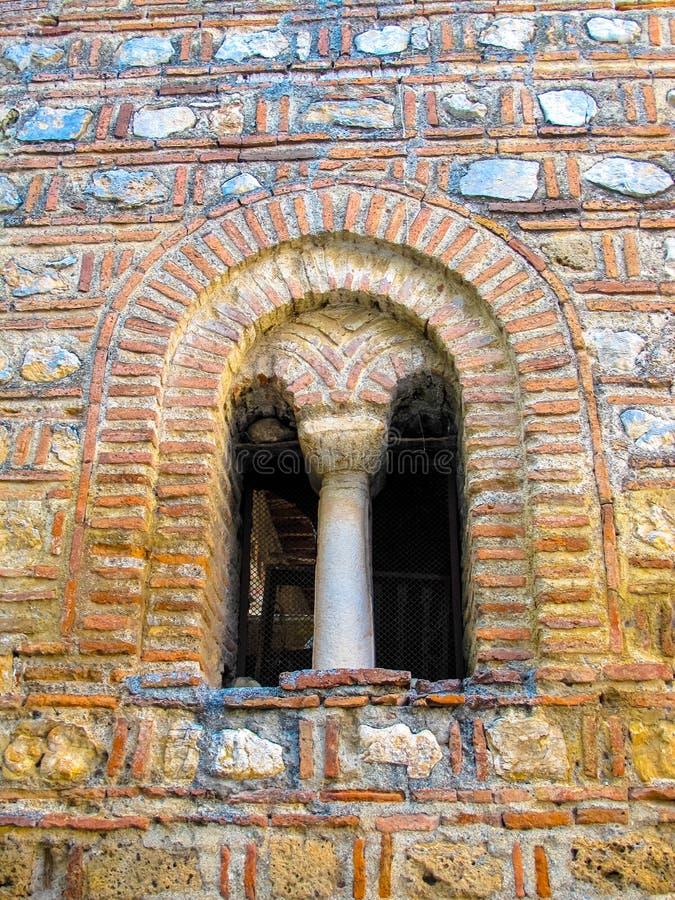 Mittelalterliches Bogenfenster von Heiliges Sophias Kirche Ohrid Mazedonien stockfotos