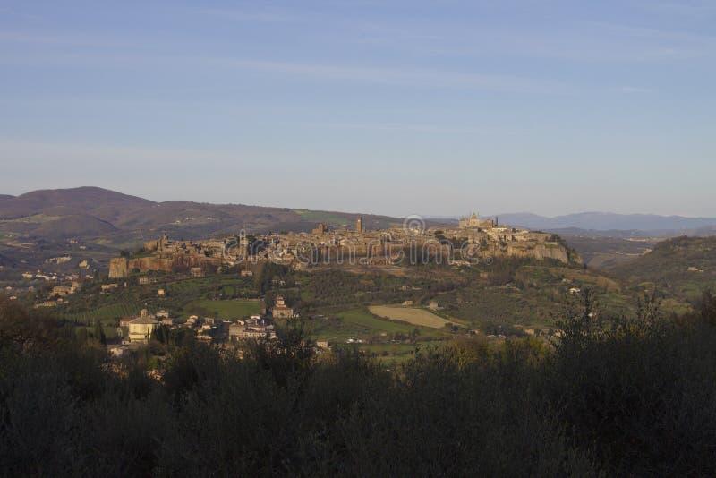 Mittelalterliches Dorf in einer italienischen Landschaft stockfotografie