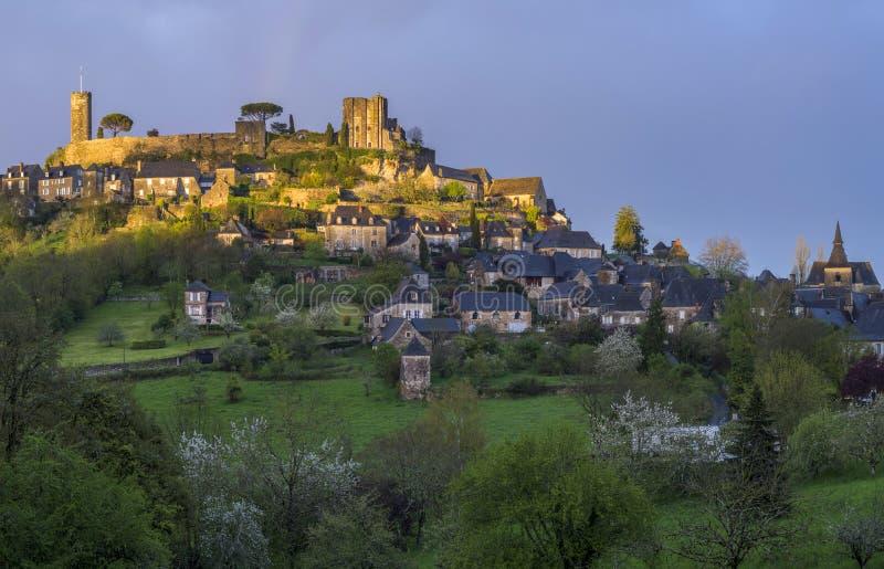 mittelalterliches Dorf mit Schloss stockfotografie