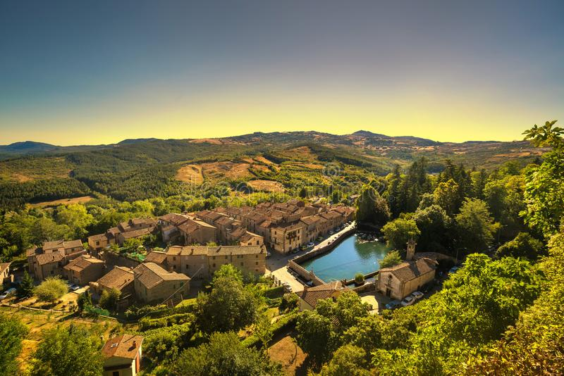 Mittelalterliches Dorf Toskana, Santa Fioras, peschiera und Kirche mon lizenzfreie stockfotografie
