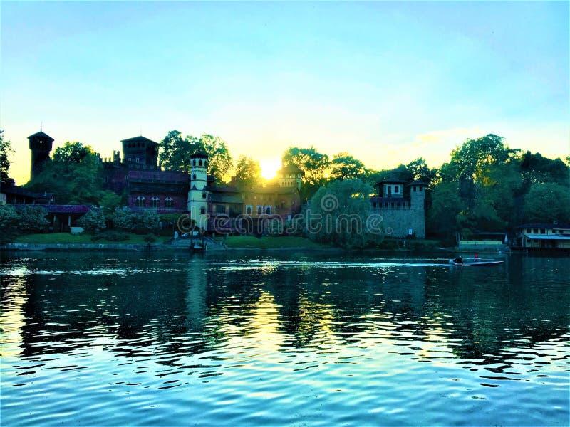 Mittelalterliches Dorf Valentino Parks, Turin, Italien Geschichte und Schönheit während des Sonnenuntergangs stockfotografie