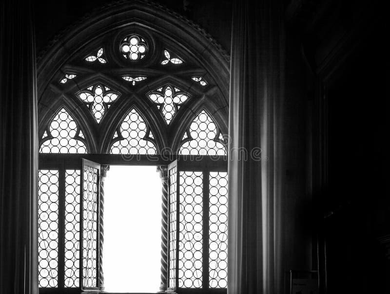 Mittelalterliches Fensterschattenbild stockfotografie