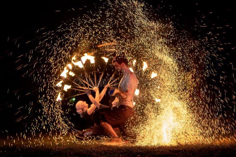 Mittelalterliches Festival Siebenbürgens in Rumänien, Feuerspratzen, Flammenwerfer, Feuer-Verschnaufpause stockfoto