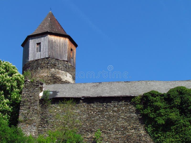 Mittelalterliches gotisches Schloss auf einem Felsen, einem Turm und einem Hauptgebäude, Tschechische Republik, stockfoto
