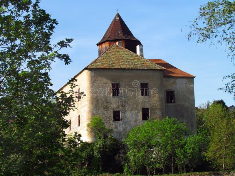 Mittelalterliches gotisches Schloss auf einem Felsen, einem Turm und einem Hauptgebäude, Tschechische Republik, lizenzfreie stockfotografie