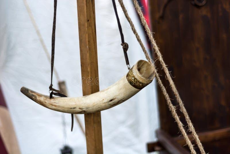Mittelalterliches Horn für das wachsame Hängen am hölzernen Stand stockfotografie