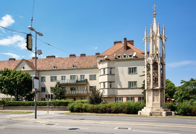 Mittelalterliches kolumn an der Front des alten Wohnhauses Wien, Österreich stockfotografie
