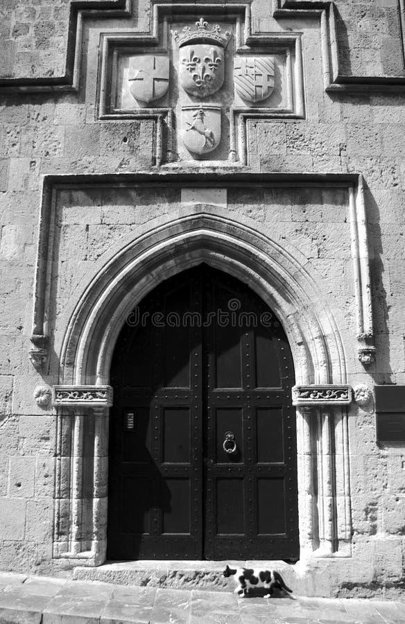 Mittelalterliches Portal und Katze stockfotografie