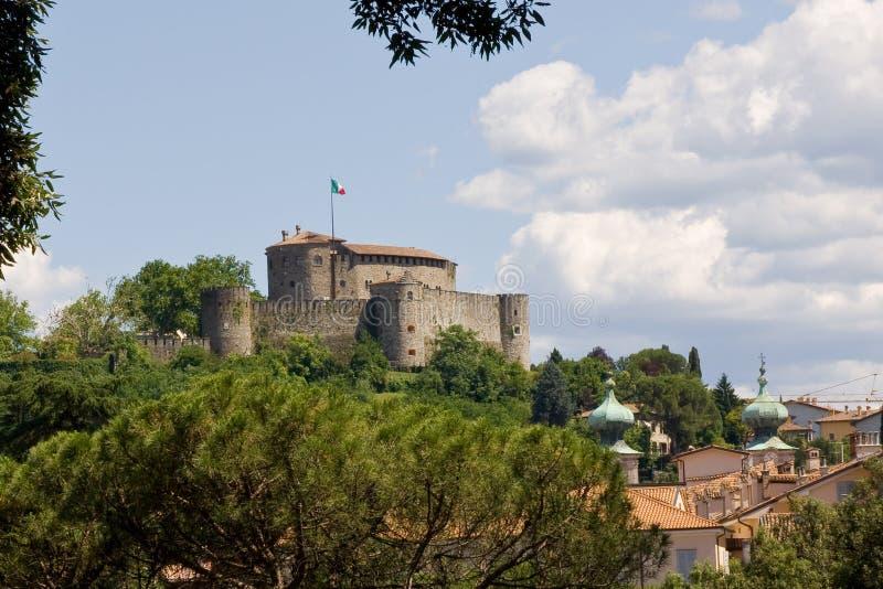 Mittelalterliches Schloss auf einem Hügel stockbild