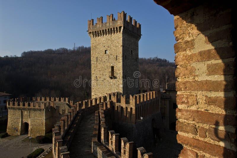 Mittelalterliches Schloss auf italienischen Hügeln lizenzfreies stockbild