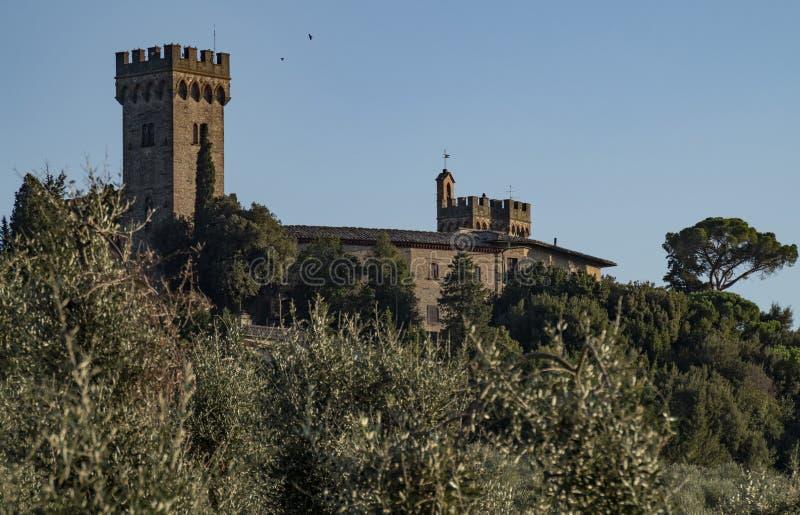 Mittelalterliches Schloss in Toskana im Herbst stockbild