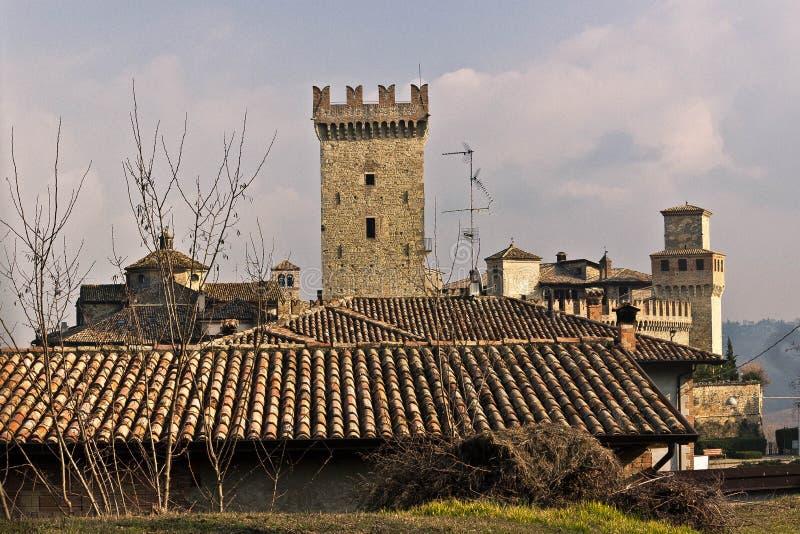 Mittelalterliches Schloss und Dorf auf den Hügeln lizenzfreie stockbilder