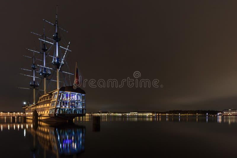 Mittelalterliches Segelboot auf dem Nachtpier auf Neva River in St Petersburg stockfotografie