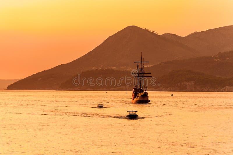 Mittelalterliches Segelschiff im Sonnenuntergang stockbilder