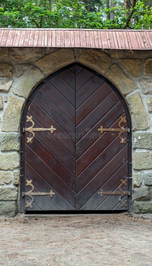 Mittelalterliches Tor in einer Steinwand stockbild