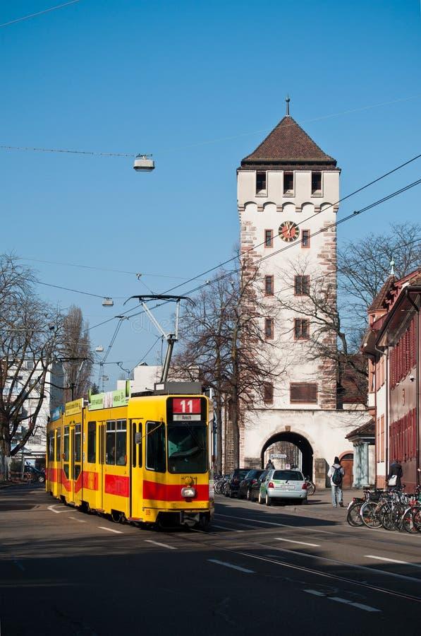 Mittelalterliches Tor von Johannes und von Straßenbahn in Basel, die Schweiz stockfoto