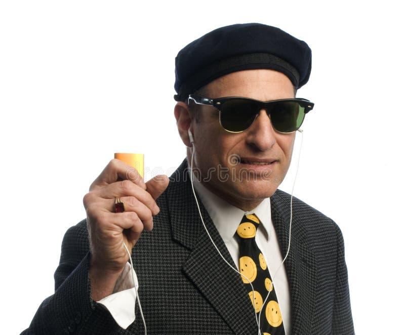 Mittelaltermann, der auf persönlichen Spieler der Musik hört lizenzfreie stockfotografie
