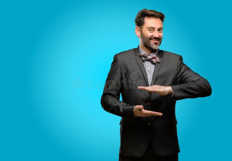 Mittelaltermann, der einen Anzug trägt stockfotografie