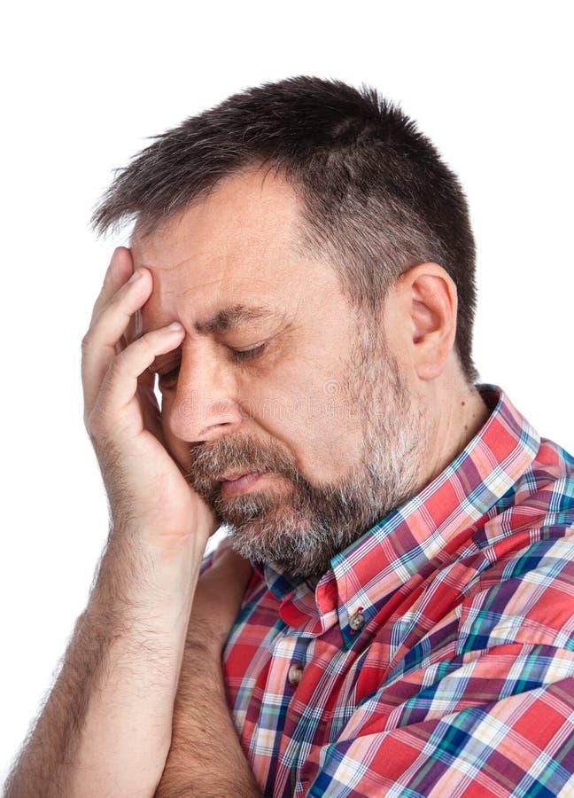 Mittelaltermann, der unter Kopfschmerzen leidet stockbilder