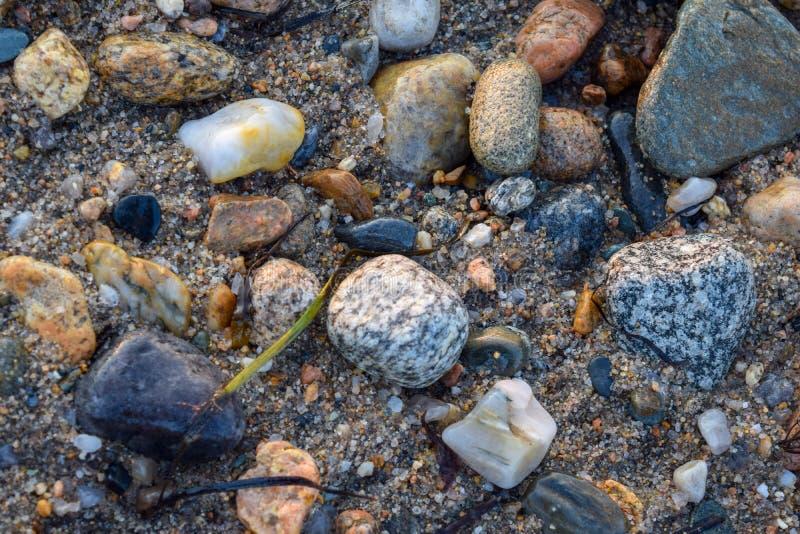 Mittelgroße Felsen, Steine und Kiesel in den verschiedenen Farben und in den Formen lizenzfreies stockfoto