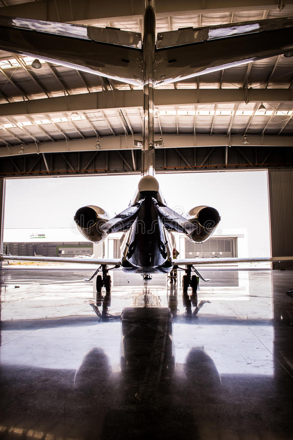 Mittelgroße Jetturbine im Hangar lizenzfreies stockfoto