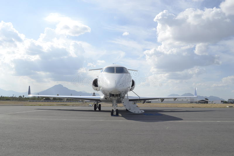 Mittelgroßer Jet mit Flügelspitzen stockfoto