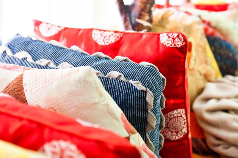 Mittelgroßer Stapel von orientalischen Kissen lizenzfreie stockbilder