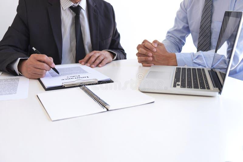 Mittelmanndarstellung und Beratungslebensversicherungsdetail zum Kunden und Warten auf seine Antwortvereinbarung zu beenden lizenzfreies stockfoto