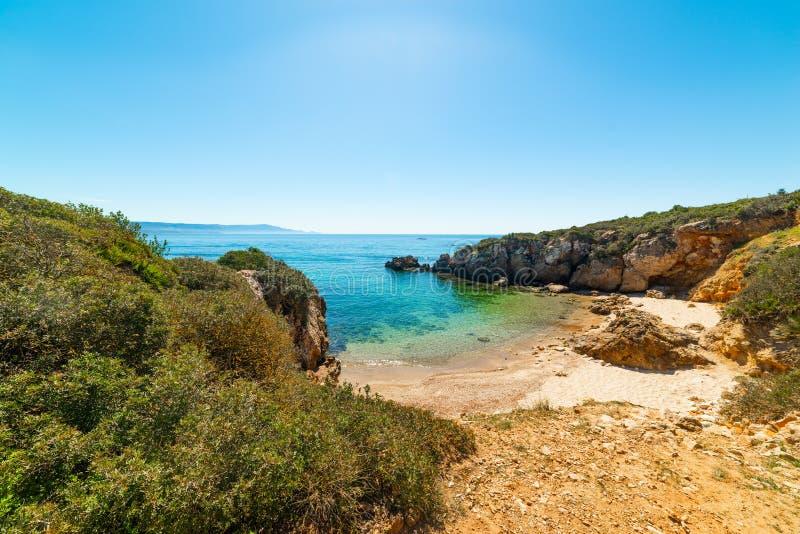 Mittelmeer-Peeling an einer kleinen Bucht am Ufer von Alghero lizenzfreies stockbild