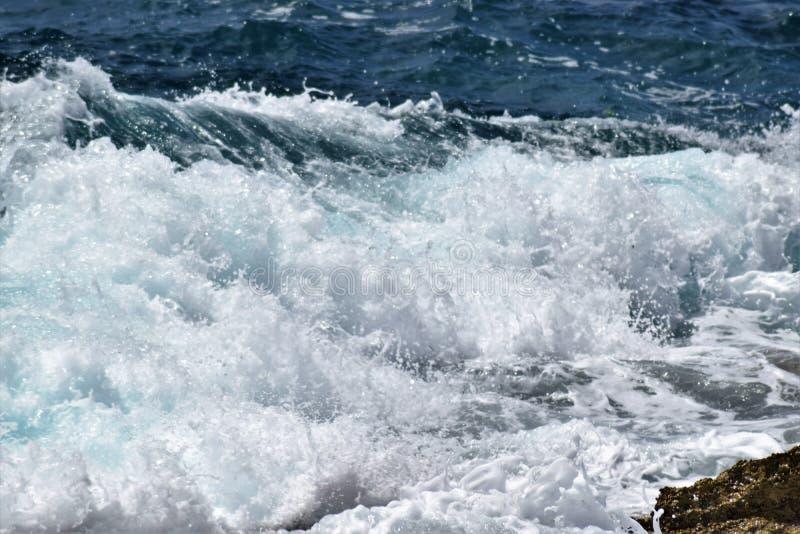 Mittelmeer- Unterbrecher in einem windigen Ost-Majorca stockbild