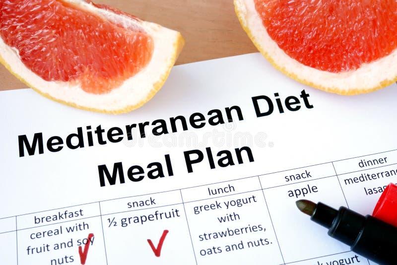 Mittelmeerdiätmahlzeitplan und -pampelmuse lizenzfreie stockbilder