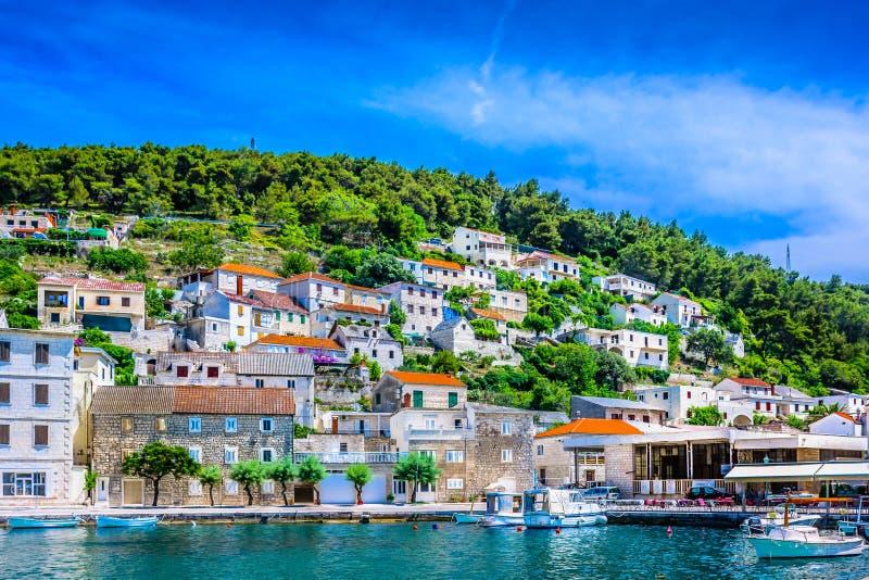 Mittelmeerdorf in Kroatien, Insel Brac stockbild