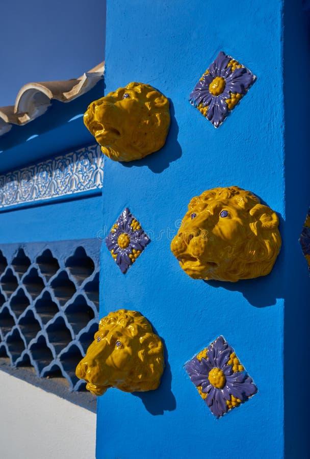 Mittelmeerfassade im Blau mit gelben Löwefliesen lizenzfreies stockbild