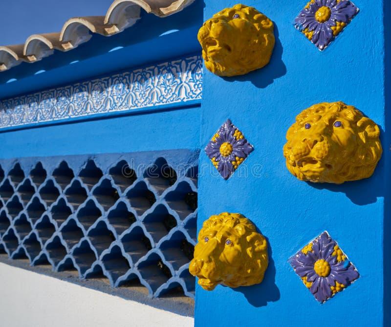 Mittelmeerfassade im Blau mit gelben Löwefliesen stockfotos