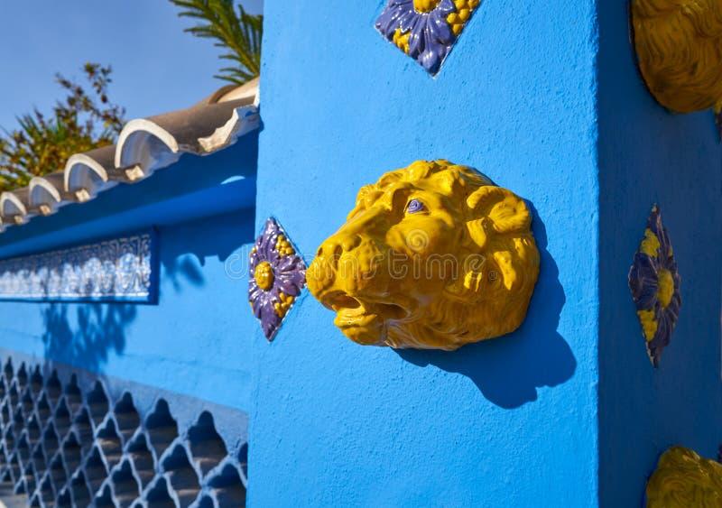Mittelmeerfassade im Blau mit gelben Löwefliesen stockbilder