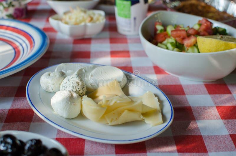Mittelmeerfrühstück auf karierter Tischdecke lizenzfreie stockbilder
