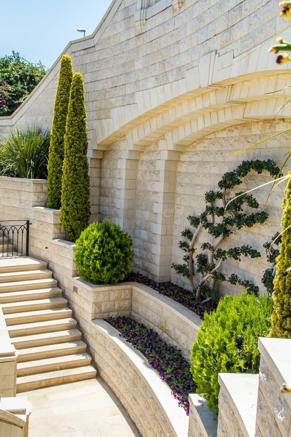 Mittelmeergarten mit Treppenhaus lizenzfreie stockbilder