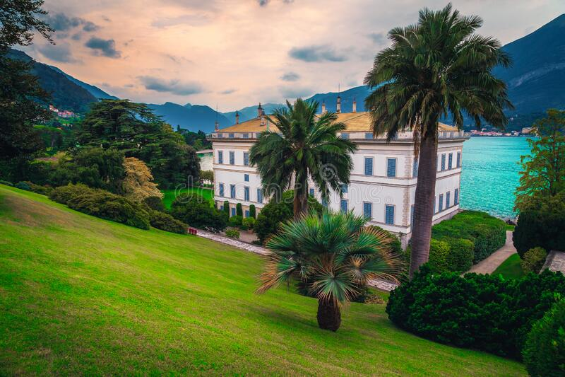Mittelmeergebäude mit spektakulärem Garten am Seeufer, Italien stockfoto