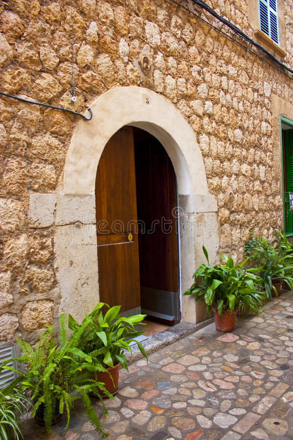 Mittelmeerhaustür der alten Art stockfotos