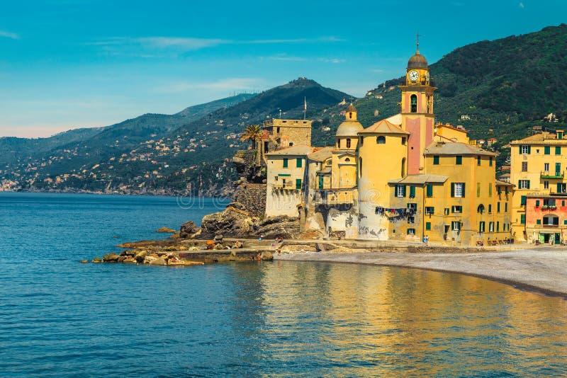 Mittelmeerküste und Badeort Camogli mit bunten Gebäuden, Ligurien, Italien stockbilder
