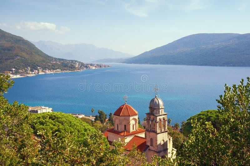 Mittelmeerlandschaft des schönen Herbstes montenegro Ansicht von Savina Monastery und von Bucht von Kotor nahe Stadt Herceg Novi stockbild